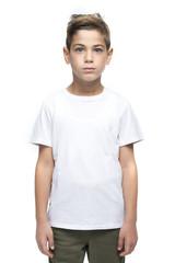 junger Bube mit weissem shirt