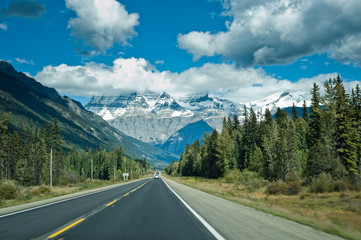 Icefield parkway between Jasper and Banff