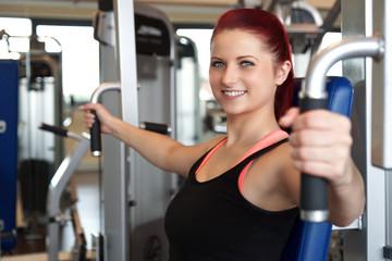 lachende Frau beim Fitnesstraining