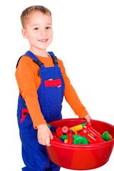 Kleines Kind beim aufräumen von Bausteinen