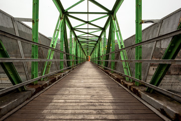 Footbridge with symmetrical metal structure