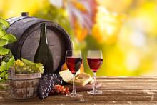 Butelka wina i szklanki na drewnianym stole