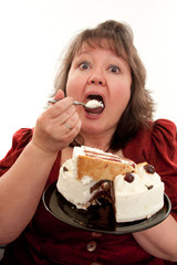 Mollige Frau isst eine Torte