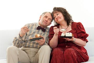 Verliebtes Paar isst Torte