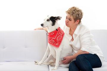 Frauchen und Hund gemeinsam auf der Couch