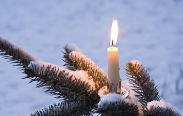 einzelner Kerzenschein