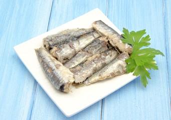 Plato con sardinas en aceite de oliva