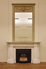 cheminée ancienne en marbre blanc et  miroir