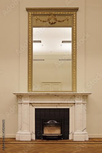 chemin e ancienne en marbre blanc et miroir photo libre de droits sur la banque d 39 images. Black Bedroom Furniture Sets. Home Design Ideas