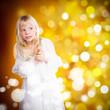 neugieriges kleines Mädchen vor weihnachtlichem Hintergrund