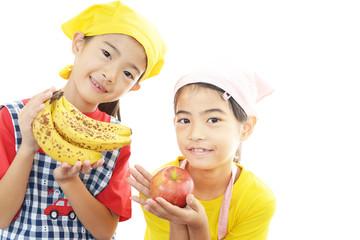 果物を持つ二人の女の子