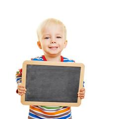 Kind hält eine schwarze Tafel