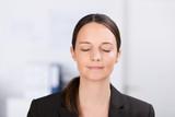 Fototapety frau entspannt im büro mit geschlossenen augen