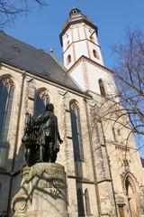 Thomaskirche mit Bachdenkmal in Leipzig