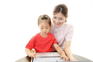 パソコンを楽しむ笑顔の親子