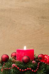 adventsgesteck rot geschmückt