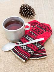 Чай в алюминиевой кружке и красные