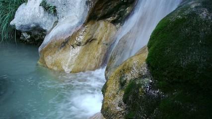 cascada de agua turquesa