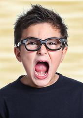 bambino con grossi occhiali che urla