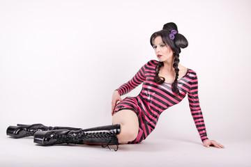 Frau trägt schdwarz/pinkes Kleid
