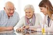 Glückliches Paar Senioren spielt Puzzle
