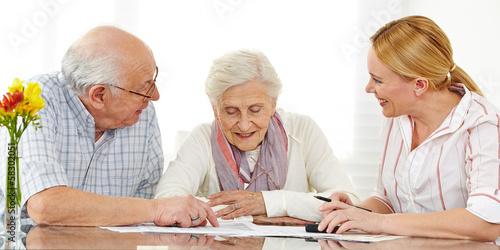 Leinwanddruck Bild Senioren bei Finanzberatung lesen Vertrag