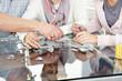 Senioren spielen Puzzle mit Pflegerin