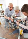 Zwei Seniorin mit Sozialarbeiter lösen Puzzle