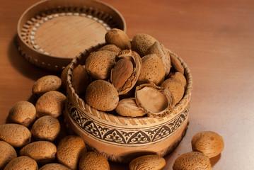 Raw almonds l