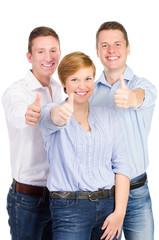 glückliche gruppe zeigt daumen