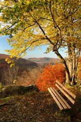 Bank mit Blick auf die Schwäbische Alb im Herbst [kw-de]