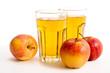 Zwei Gläser Apfelsaft und Äpfel