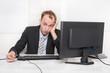 Geschäftsmann - verzweifelt, frustriert und deprimiert im Büro