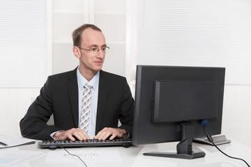 Typischer Beamter mit Anzug und Krawatte im Büro