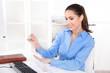 Kündigungsgrund: Frau lackiert sich die Nägel während der Arbeit