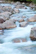 Belle crique à l'eau claire