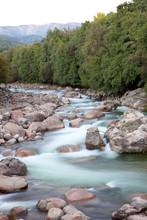 Belle rivière à l'eau claire qui coule