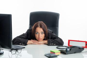 Nachdenkliche Geschäftsfrau am Schreibtisch