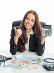 Erfolgreiche Geschäftsfrau mit Taschenrechner