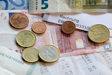 Geld liegt auf Kassenbons
