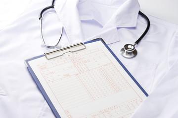 白衣と聴診器とカルテ