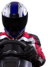 racerwearing rouge combinaison de course et casque bleu sur un volant de direction