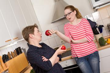Zwei diskutierende Frauen in Küche