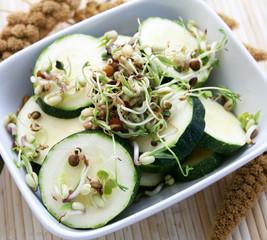 Zucchinis mit Sprossen