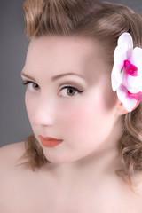 portrait einer Pin Up Dame mit Orchidee im Haar
