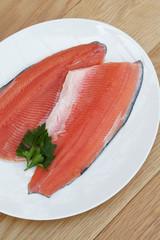 filetti di trota salmonata su piatto