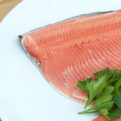 filetti di trota salmonata su piatto