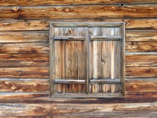geschlossenes Holzfenster
