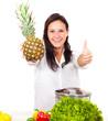 Frau kocht mit vielen Vitaminen