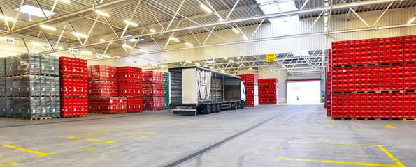 Lagerhalle Logistik - Verladung auf LKW